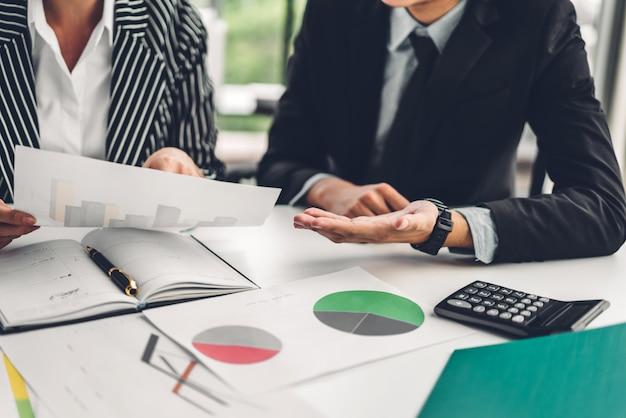 Sucesso de dois negócios casuais trabalhando discutindo estratégia com novo projeto de inicialização