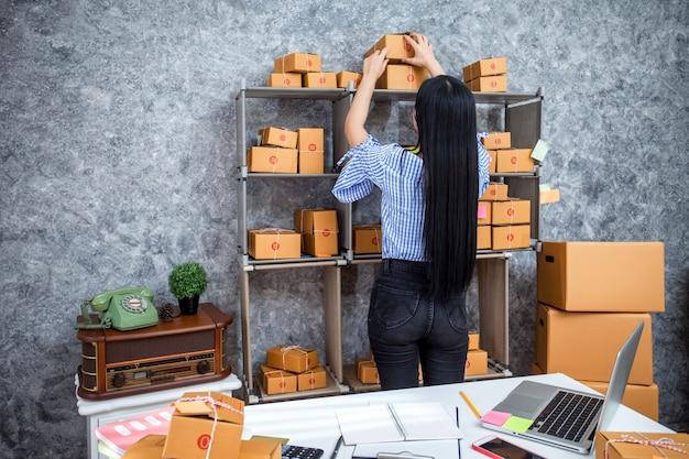 Sucesso de jovens empreendedores em fazer negócios. vendas on-line de envio.