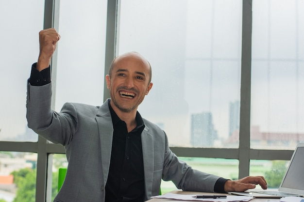 Sucesso do empresário negociando on-line com o crescimento do mercado de gráfico digital, comerciante feliz no comércio de lucro