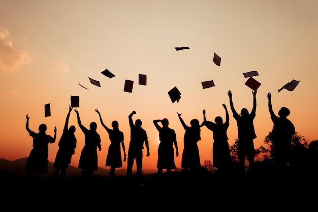 Sucesso do estudante da graduação da educação da celebração que aprende o conceito