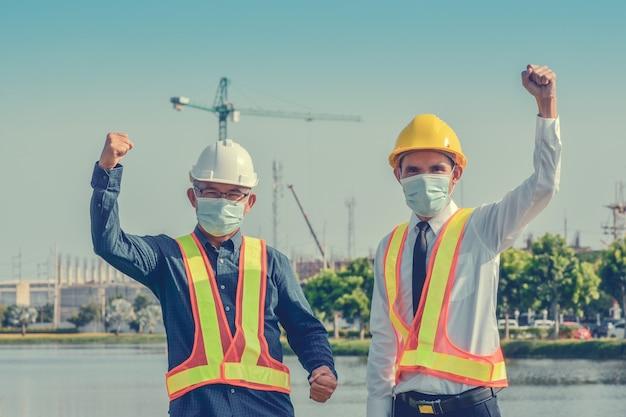 Sucesso do trabalho em equipe de empresários em fundo imobiliário de construção de sites