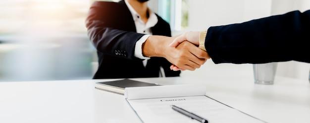 Sucesso na negociação e aperto de mão