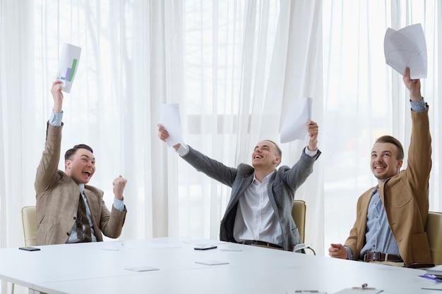 Sucesso nos negócios. realização do trabalho em equipe