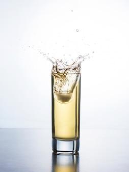 Suco amarelo com respingo de vidro