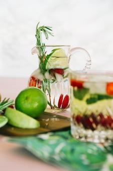 Suco caseiro com frutas na tábua de madeira