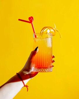 Suco cítrico com casca de laranja por cima