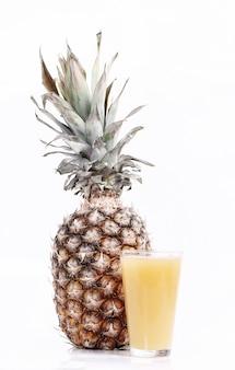 Suco de abacaxi com abacaxi fresco