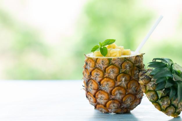 Suco de abacaxi e fruta de abacaxi