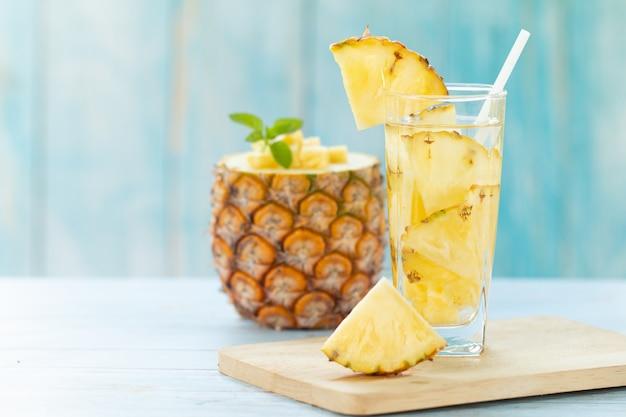 Suco de abacaxi pedaços abacaxi bebida saudável e bebida de fruta de verão