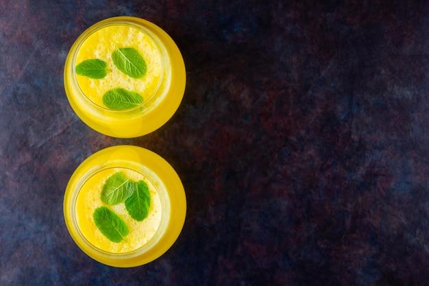 Suco de abacaxi. smoothie de abacaxi com abacaxi fresco. bebida de verão. vista do topo