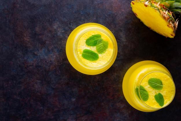 Suco de abacaxi. suco para desintoxicação no copo. batido de abacaxi sem. copie o espaço