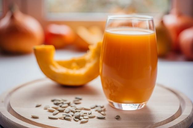 Suco de abóbora espremido na hora com sementes de abóbora, sucos sazonais de outono ricos em vitaminas e antioxidantes
