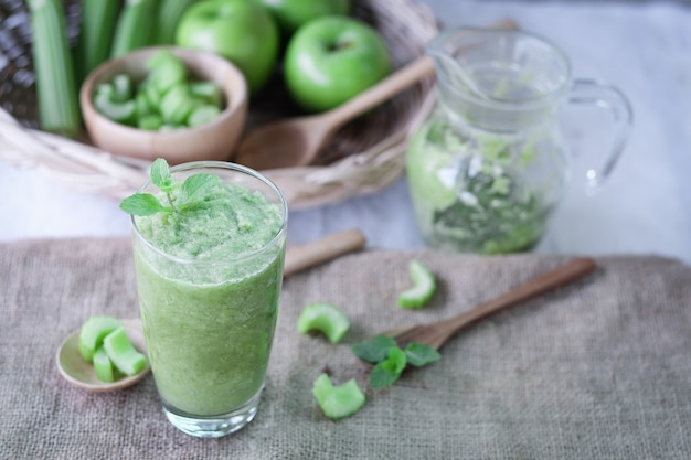 Suco de aipo em vidro para uma alimentação saudável