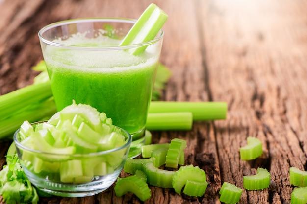 Suco de aipo verde fresco em vidro