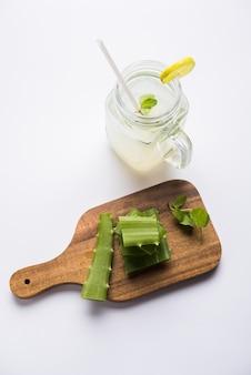 Suco de aloe vera fresco e saudável em um copo