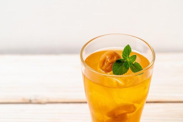Suco de ameixa chinês com gelo e hortelã