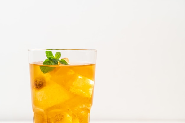Suco de ameixa chinesa com gelo e hortelã
