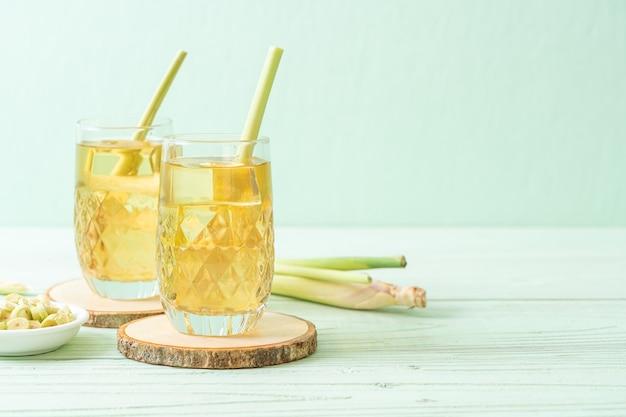 Suco de capim-limão gelado em fundo de madeira