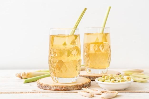 Suco de capim-limão gelado na madeira