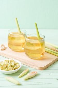 Suco de capim-limão gelado na mesa de madeira