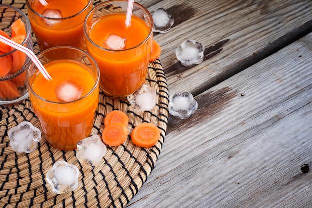 Suco de cenoura com gelo, vista superior, espaço para texto