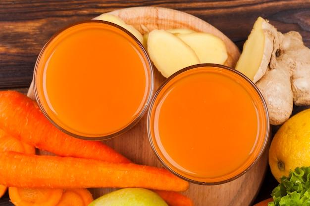 Suco de cenoura em copos de vidro