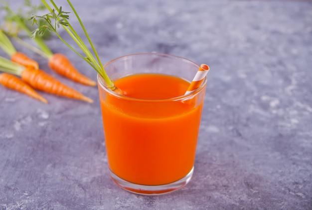 Suco de cenoura em vidro