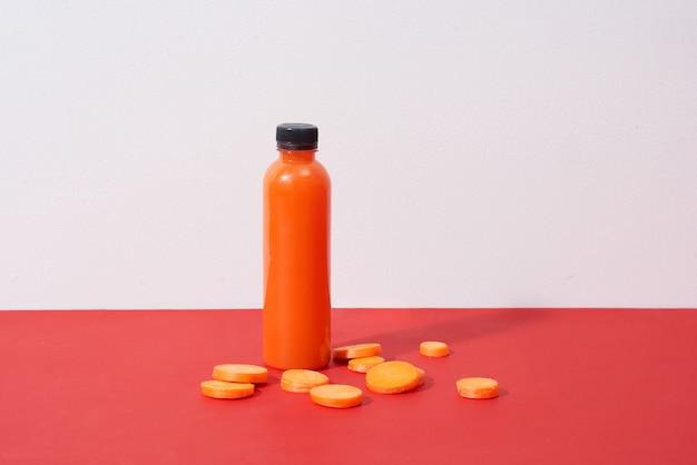 Suco de cenoura natural fresco na mesa. bebida saudável.