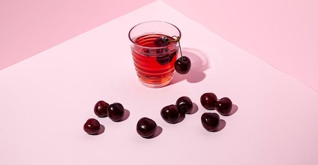 Suco de cereja com fundo rosa alto