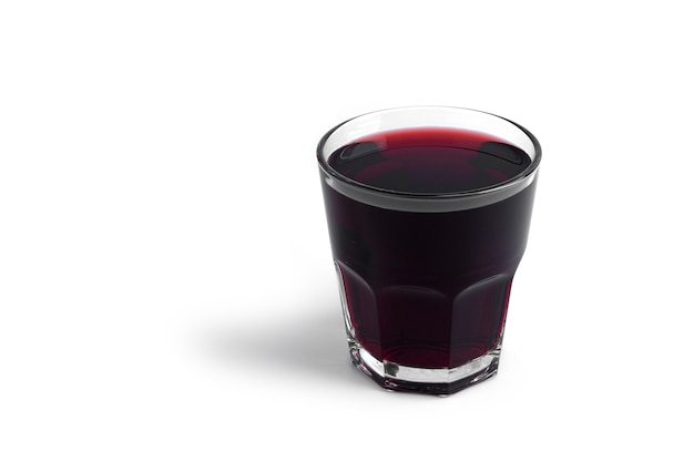 Suco de cereja em garrafa isolada no branco.