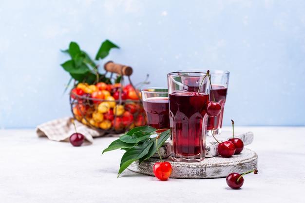 Suco de cereja fresco. bebida de verão