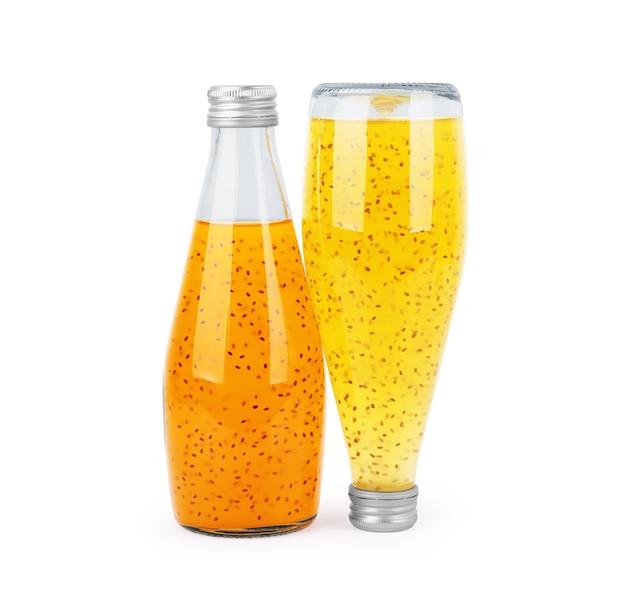 Suco de chia em uma garrafa de vidro em um fundo branco