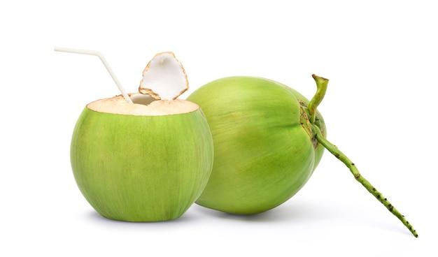 Suco de coco fresco bebendo isolado no branco