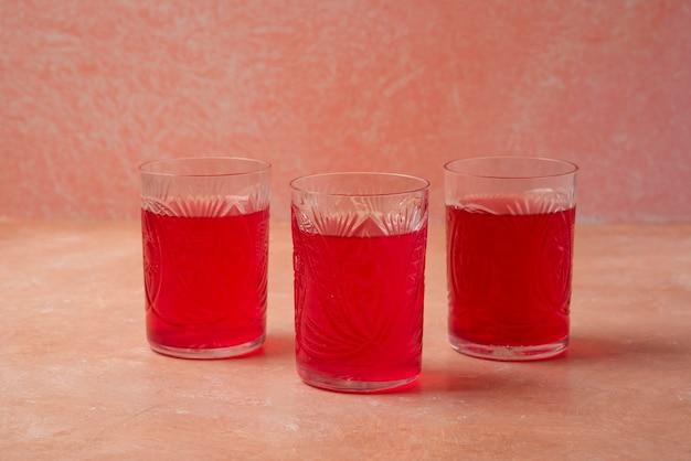Suco de cornel vermelho em copos de vidro.