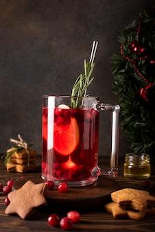 Suco de cranberry com limão, mel e canela em uma caneca de vidro, close-up