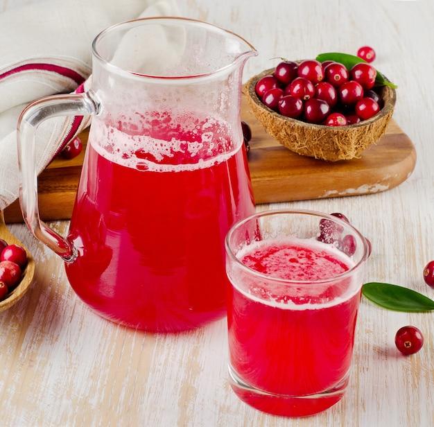 Suco de cranberry e cranberry na mesa de madeira
