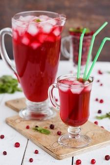 Suco de cranberry em copos em uma mesa