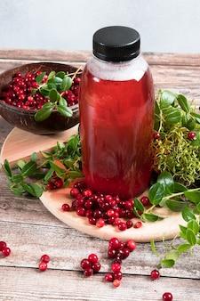 Suco de cranberry saudável e cranberries crus. bebida tradicional russa