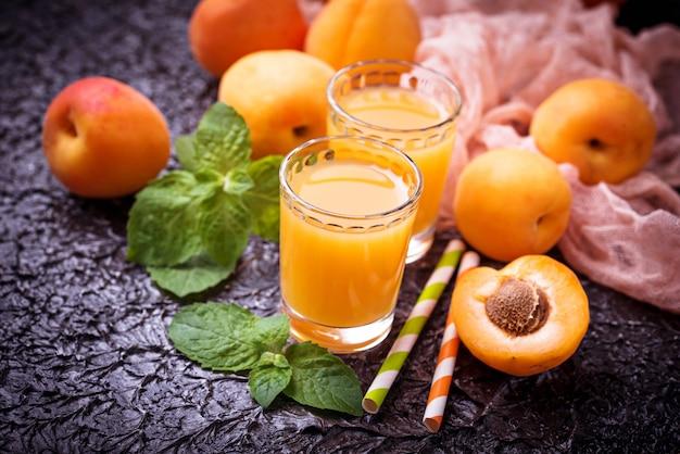 Suco de damasco. bebida fresca de verão saudável. foco seletivo