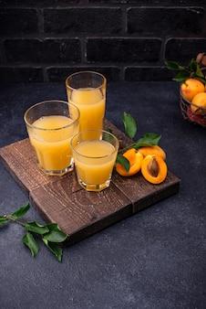Suco de damasco em vidro. bebida saudável