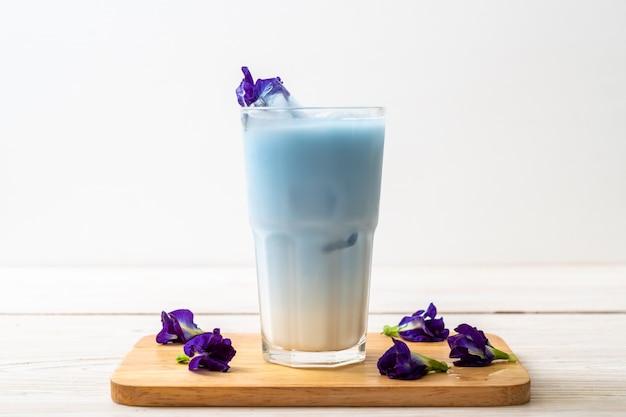 Suco de ervilha borboleta com leite