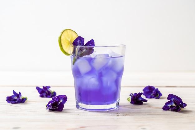 Suco de ervilha borboleta com limão
