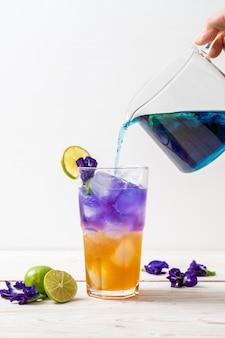 Suco de ervilha borboleta com mel e limão