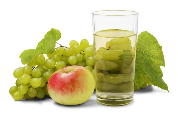 Suco de fruta fresca em vidro com cacho de doce de uva verde e maçã isolado no fundo branco.