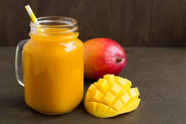Suco de fruta fresca no frasco. no fundo escuro.