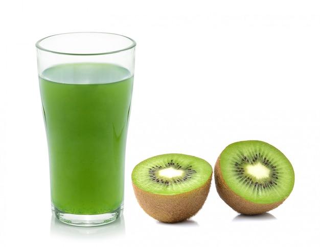 Suco de fruta kiwi isolado no fundo branco
