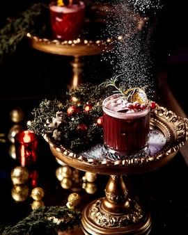 Suco de frutas coberto com frutas vermelhas e açúcar em pó