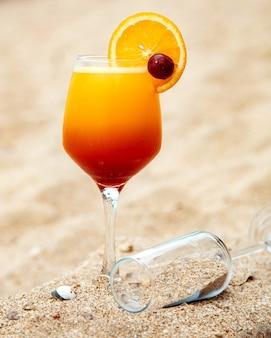 Suco de frutas com fatia de laranja