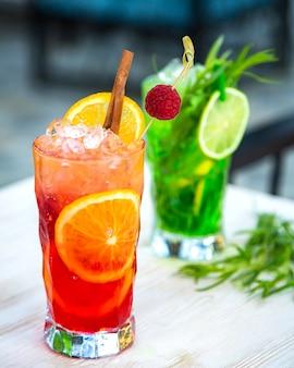 Suco de frutas com gelo picado, fatias de frutas e canela