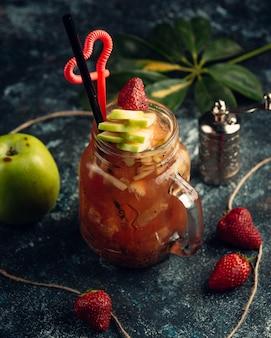Suco de frutas com kiwi e maçã em caneca de pedreiro